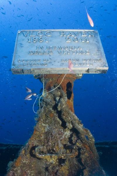 La targa commemorativa delle Vittime della Haven situata sulla sommità del relitto a -33 m